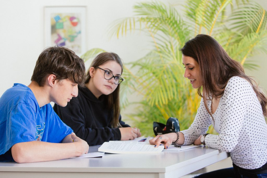 Lehrerin mit Schülern